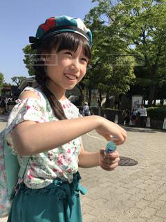 電話を持っている小さな女の子の写真・画像素材[2097192]