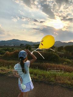 自然,夏,後ろ姿,夕暮れ,帽子,風船,女の子,少女,背中,土手,半袖