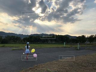 芝生に立っている男の写真・画像素材[2131883]