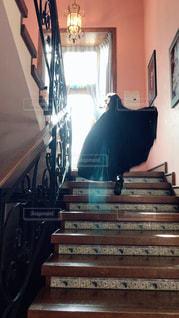 屋内,階段,後ろ姿,女の子,少女,背中,マント