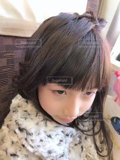ベッドに座っている小さな女の子の写真・画像素材[2281326]
