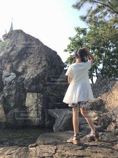 大きな岩の前に立っている女性の写真・画像素材[2548203]