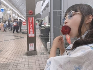 ホットドッグを食べる女性の写真・画像素材[2761615]
