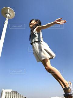 フリスビーを空中に持っている女性の写真・画像素材[2980445]