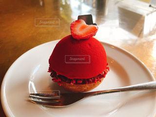 近くに皿の上のケーキのアップ - No.877381