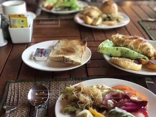テーブルの上に食べ物のプレートの写真・画像素材[880140]