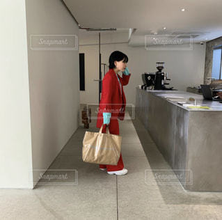 台所に立っている人の写真・画像素材[2210974]