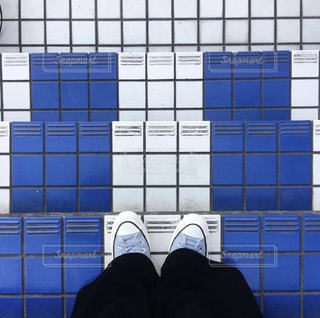 青と白のタイル張りの床の写真・画像素材[2211766]