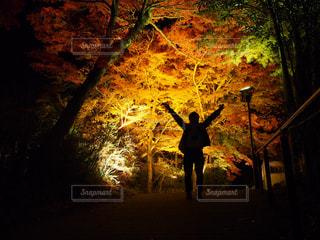 暗闇の中に立っている男の人の写真・画像素材[854834]