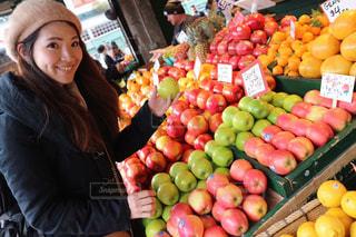 海外のマーケットでフルーツをえらぶ女性の写真・画像素材[3155403]