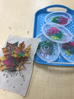 紅葉した葉っぱを使ってアートの写真・画像素材[3226269]