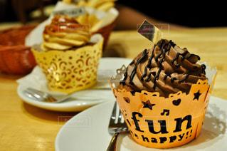 テーブルの上のチョコレート ケーキのプレートの写真・画像素材[840581]