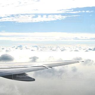 空を飛んでいる飛行機の写真・画像素材[908943]