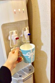 鏡の前にカップを持つ手 - No.913833
