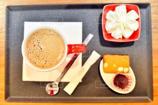テーブルの上のコーヒー カップ - No.953811