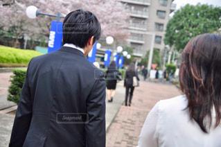 通りを歩く女と男の写真・画像素材[1139059]