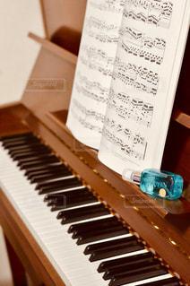 木製のテーブルの上に座ってピアノ キーボードの写真・画像素材[1190547]