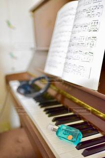 木製のテーブルの上に座ってピアノ キーボードの写真・画像素材[1190549]