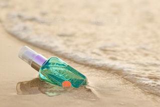 ビーチで水のペットボトルの写真・画像素材[1190560]