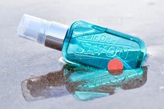 プラスチック製の水ボトルの写真・画像素材[1190561]