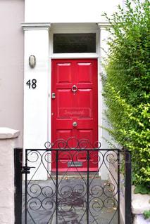 近くに赤いドアのアップの写真・画像素材[1194659]