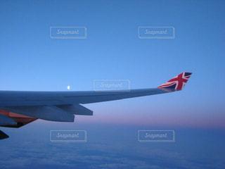 青い空を飛ぶ大型旅客機の写真・画像素材[1194678]