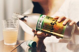 ボトルを保持している人の写真・画像素材[1285406]