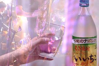 ワインのボトルを保持している人の写真・画像素材[1285418]