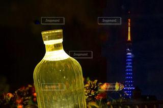 テーブルの上に背の高いガラス花瓶の写真・画像素材[1285427]