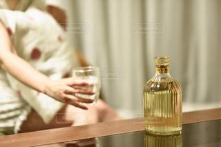 テーブルに座っている人の写真・画像素材[1285431]