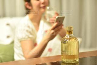 ワインのグラスとテーブルに座っている女性の写真・画像素材[1285433]