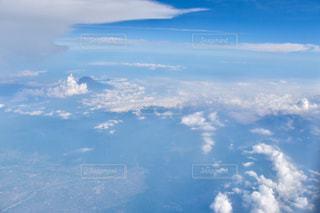 雲と青い空の眺めの写真・画像素材[1316496]