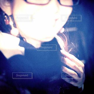 暗い部屋で、selfie を取る女性の写真・画像素材[1374249]