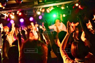 観衆の前で立っている人のグループの写真・画像素材[1374548]