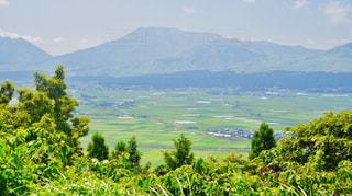 背景の山と水の大きな体の写真・画像素材[1404170]
