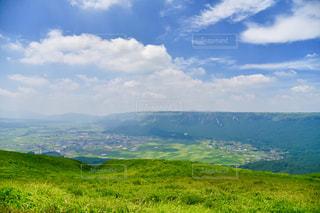 背景の山に大規模なグリーン フィールドの写真・画像素材[1404186]