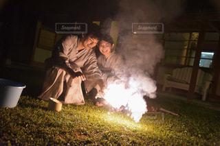 火にしている人の写真・画像素材[1409672]