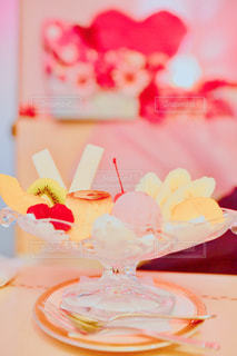 テーブルの上のケーキの一部の写真・画像素材[1434366]