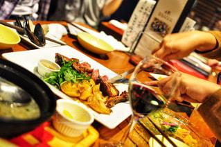 テーブルの上に食べ物のプレートの写真・画像素材[1463367]