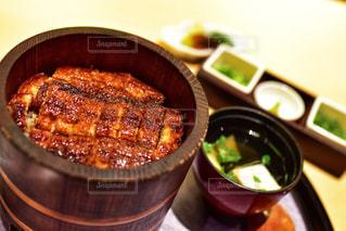 テーブルの上に食べ物のボウルの写真・画像素材[1463369]