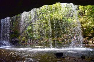 いくつかの水の上の大きな滝の写真・画像素材[1504294]