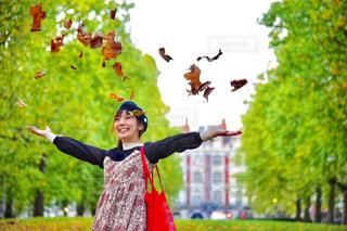 女性,自然,秋,屋外,葉っぱ,スマイル,樹木,人物,人,笑顔,ロンドン,夢,ポジティブ