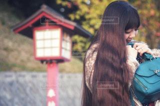 携帯電話で話している若い女の子の写真・画像素材[1613108]