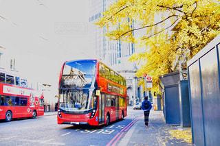 2 階建てバスが道路の脇に駐車の写真・画像素材[1650619]