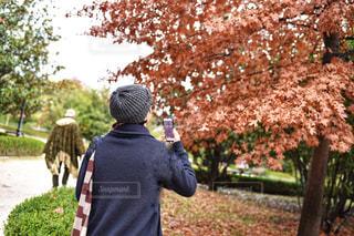 庭に立っている男の写真・画像素材[1650671]