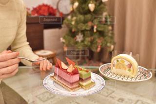 ケーキでテーブルに座っている人の写真・画像素材[1685108]
