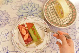 皿の上のケーキの一部の写真・画像素材[1685111]