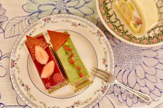 皿の上のケーキのスライスの写真・画像素材[1685112]