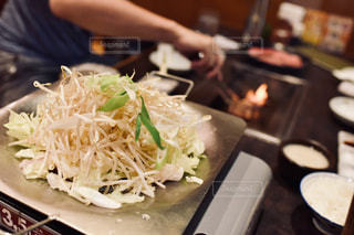 テーブルの上に食べ物のプレートの写真・画像素材[1694545]