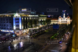 夜のトラフィックでいっぱい街の通りのビューの写真・画像素材[1697626]